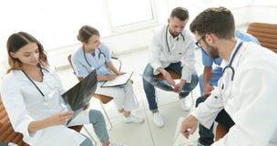 Ακτινολόγοι και ένας χειρούργος που συζητά μια ακτηνογραφία ενός ασθενή Στοκ Εικόνες