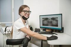 Ακτινολόγος κοριτσιών στο γραφείο του οδοντιάτρου στοκ φωτογραφία με δικαίωμα ελεύθερης χρήσης