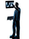 Ακτινολόγος χειρούργων γιατρών που εξετάζει την των ακτίνων X εικόνα Στοκ Φωτογραφίες