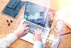Δακτυλογράφηση επιχειρηματιών στο πληκτρολόγιο Στοκ φωτογραφία με δικαίωμα ελεύθερης χρήσης