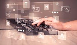 Δακτυλογράφηση χεριών στο πληκτρολόγιο με τα ψηφιακά εικονίδια τεχνολογίας Στοκ εικόνα με δικαίωμα ελεύθερης χρήσης