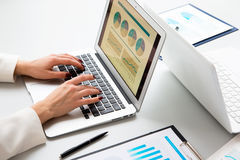 δακτυλογράφηση lap-top υπολογιστών επιχειρηματιών Στοκ Εικόνες