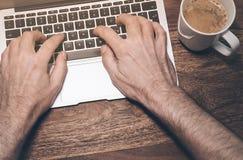 δακτυλογράφηση lap-top υπολογιστών Στοκ Φωτογραφία