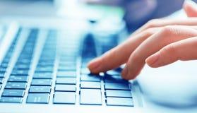 δακτυλογραφώντας λευκή γυναίκα lap-top υπολογιστών ανασκόπησης Στοκ Εικόνα