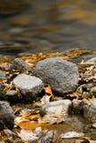 Ακόμα άδεια και βράχοι ζωής νεκρή στον ποταμό Στοκ εικόνα με δικαίωμα ελεύθερης χρήσης