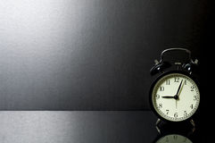 Ακόμα αναδρομικό ξυπνητήρι ζωής μπροστά από το μαύρο υπόβαθρο Στοκ Εικόνες
