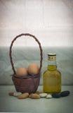 Ακόμα αυγό ζωής στο καλάθι ινδικού καλάμου στην ημέρα θέρμανσης Στοκ εικόνα με δικαίωμα ελεύθερης χρήσης