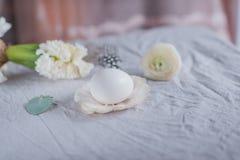 Ακόμα αυγό και λουλούδια ζωής Στοκ Εικόνες