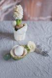 Ακόμα αυγό και λουλούδια ζωής Στοκ φωτογραφία με δικαίωμα ελεύθερης χρήσης