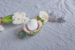 Ακόμα αυγό και λουλούδια ζωής Στοκ εικόνα με δικαίωμα ελεύθερης χρήσης