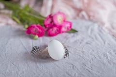 Ακόμα αυγό και λουλούδια ζωής Στοκ Φωτογραφία