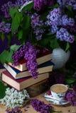 Ακόμα βιβλία, καφές και πασχαλιές ζωής στο σκοτεινό κλειδί πλήρης άνοιξη λιβαδιών πικραλίδων ανασκόπησης κίτρινη στοκ εικόνα