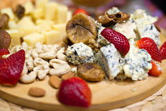 Ακόμα εικόνα ζωής με το της Γεωργίας τυρί και τις φράουλες Στοκ φωτογραφία με δικαίωμα ελεύθερης χρήσης