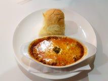 ακόμα εικόνα του απλού τυροειδούς βόειου κρέατος lasagne με το κουλούρι στο W Στοκ φωτογραφία με δικαίωμα ελεύθερης χρήσης