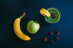 Ακόμα ζωή, ακατέργαστο πράσινο χρώμα καταφερτζήδων, μήλο, μπανάνα και γλυκάνισο Τοπ όψη στοκ φωτογραφία