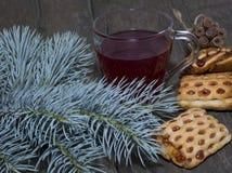 Ακόμα ζωή από έναν fir-tree κλάδο, τα μπισκότα και το τσάι Στοκ εικόνες με δικαίωμα ελεύθερης χρήσης