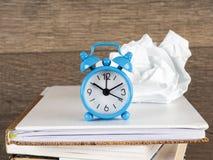 Ακόμα ζωή γύρω από το ρολόι στο σωρό των βιβλίων Έννοια εκπαίδευσης και εκμάθησης Επενδύστε το χρόνο στις μελέτες Χρόνος να αναβα Στοκ Εικόνες
