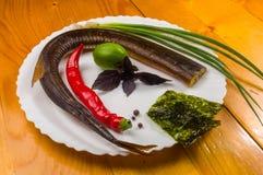 ακόμα ζωή - καπνισμένη βελόνη με τον ασβέστη, βασιλικός, πράσινα κρεμμύδια, τσίλι, τσιπ nori, καρυκεύματα, ελαιόλαδο σε ένα άσπρο στοκ φωτογραφίες