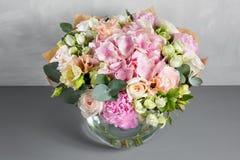 Ακόμα ζωή με μια ανθοδέσμη των λουλουδιών ο ανθοκόμος έβαλε μαζί μια όμορφη δέσμη των λουλουδιών Χειρωνακτική εργασία ατόμων χρησ στοκ εικόνες