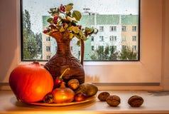 Ακόμα ζωή με μια κολοκύθα και μια στάμνα Στοκ φωτογραφία με δικαίωμα ελεύθερης χρήσης