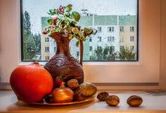 Ακόμα ζωή με μια κολοκύθα και μια στάμνα Στοκ Φωτογραφία