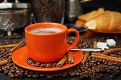 Ακόμα ζωή με μια πορτοκαλιά κούπα στα σιτάρια καφέ Στοκ Εικόνες