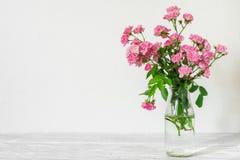 Ακόμα ζωή με μια όμορφη ανθοδέσμη των ρόδινων ροδαλών λουλουδιών υπόβαθρο διακοπών ή γάμου με το διάστημα αντιγράφων Στοκ εικόνες με δικαίωμα ελεύθερης χρήσης