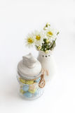 Ακόμα ζωή με τα άσπρα χρυσάνθεμα λουλουδιών και το όμορφο βάζο στοκ εικόνα