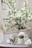 Ακόμα ζωή με τα αυγά Πάσχας και μια ανθοδέσμη Στοκ Εικόνα
