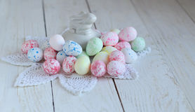 Ακόμα ζωή με τα ζωηρόχρωμα αυγά Πάσχας σε μια άσπρη ξύλινη σύσταση Στοκ εικόνες με δικαίωμα ελεύθερης χρήσης