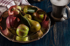 Ακόμα ζωή με τα μήλα και τα αχλάδια στοκ φωτογραφία με δικαίωμα ελεύθερης χρήσης