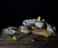 Ακόμα ζωή με τα μήλα, το χυμό μήλων, τα παλαιά βιβλία και ένα ασημένιο μαχαίρι σε έναν ξύλινο πίνακα σε ένα σκοτεινό υπόβαθρο Τρύ Στοκ φωτογραφίες με δικαίωμα ελεύθερης χρήσης