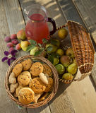 Ακόμα ζωή με τα μπισκότα και τα αχλάδια σε έναν κήπο Στοκ εικόνες με δικαίωμα ελεύθερης χρήσης