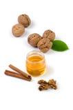 Ακόμα ζωή με τα ξύλα καρυδιάς και το μέλι στοκ φωτογραφία με δικαίωμα ελεύθερης χρήσης