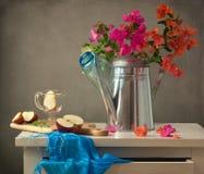 Ακόμα ζωή με τα λουλούδια και το μήλο Στοκ φωτογραφία με δικαίωμα ελεύθερης χρήσης