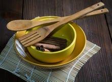 Ακόμα ζωή με τα πιάτα και spatulas για τα τρόφιμα στοκ φωτογραφία με δικαίωμα ελεύθερης χρήσης