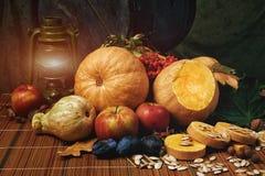Ακόμα ζωή με τα φρούτα και την κολοκύθα αποκριές ευτυχείς Στοκ Φωτογραφίες