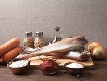 Ακόμα ζωή με τα ψάρια, τα λαχανικά και τα καρυκεύματα σε έναν ξύλινο πίνακα Στοκ εικόνα με δικαίωμα ελεύθερης χρήσης