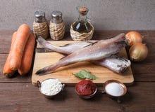 Ακόμα ζωή με τα ψάρια, τα λαχανικά και τα καρυκεύματα σε έναν ξύλινο πίνακα Στοκ φωτογραφία με δικαίωμα ελεύθερης χρήσης
