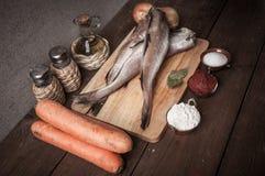 Ακόμα ζωή με τα ψάρια, τα λαχανικά και τα καρυκεύματα σε έναν ξύλινο πίνακα Τ Στοκ φωτογραφίες με δικαίωμα ελεύθερης χρήσης
