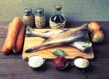 Ακόμα ζωή με τα ψάρια, τα λαχανικά και τα καρυκεύματα σε έναν ξύλινο πίνακα Τ Στοκ Εικόνες