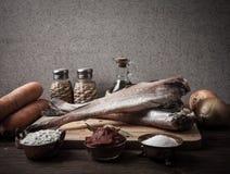 Ακόμα ζωή με τα ψάρια, τα λαχανικά και τα καρυκεύματα σε έναν ξύλινο πίνακα Τ Στοκ Εικόνα