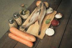 Ακόμα ζωή με τα ψάρια, τα λαχανικά και τα καρυκεύματα σε έναν ξύλινο πίνακα Τ Στοκ εικόνες με δικαίωμα ελεύθερης χρήσης