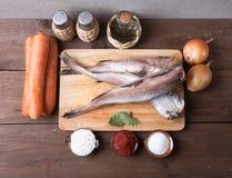 Ακόμα ζωή με τα ψάρια, τα λαχανικά και τα καρυκεύματα σε ένα ξύλινο backgrou Στοκ εικόνα με δικαίωμα ελεύθερης χρήσης