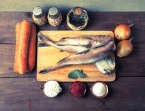 Ακόμα ζωή με τα ψάρια, τα λαχανικά και τα καρυκεύματα σε ένα ξύλινο backgrou Στοκ φωτογραφία με δικαίωμα ελεύθερης χρήσης