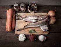 Ακόμα ζωή με τα ψάρια, τα λαχανικά και τα καρυκεύματα σε ένα ξύλινο backgrou Στοκ Φωτογραφία
