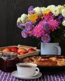 Ακόμα ζωή με την ανθοδέσμη φθινοπώρου και την πίτα της Apple Στοκ εικόνες με δικαίωμα ελεύθερης χρήσης