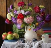 Ακόμα ζωή με την ανθοδέσμη φθινοπώρου των λουλουδιών κήπων Στοκ Φωτογραφία