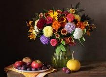 Ακόμα ζωή με την ανθοδέσμη φθινοπώρου των λουλουδιών και των φρούτων κήπων Στοκ εικόνα με δικαίωμα ελεύθερης χρήσης