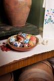Ακόμα ζωή με την κανάτα και το μίγμα των αυγών στα παραδοσιακά σχέδια Στοκ Φωτογραφίες